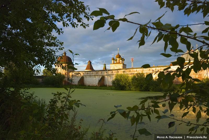 Борисоглебский монастырь в лучах закатного солнца. Фото: Антон Поспелов / Православие.Ru