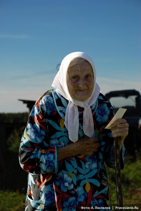 Бабушка, каждый год встречающая крестоходцев в её селе. Фото: Антон Поспелов / Православие.Ru