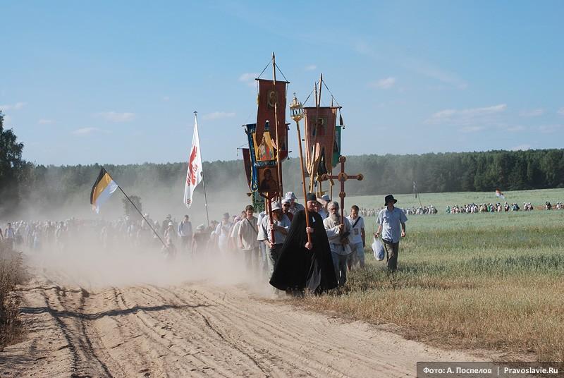 Крестный ход в пыли. Фото: Антон Поспелов / Православие.Ru