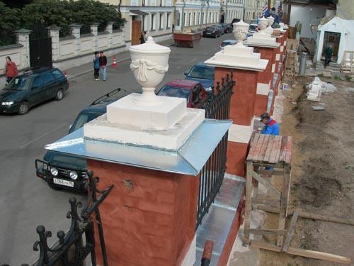 Реставрация исторической ограды. В правом верхнем углу участок ограды, который невозможно реставрировать, пока не урегулирован вопрос собственности