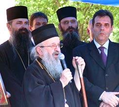 Епископ Рашко-Призренский Артемий, епископ Липлянский Феодосий и премьер-министр Воислав Коштуница