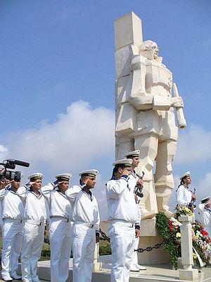 Матросы и офицеры болгарских ВМС отдают воинские почести у памятника Ушакову на Мысе Калиакре