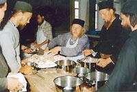 Раздача праздничного колива по окончании трапезы в Свято-Пантелеимоновом монастыре