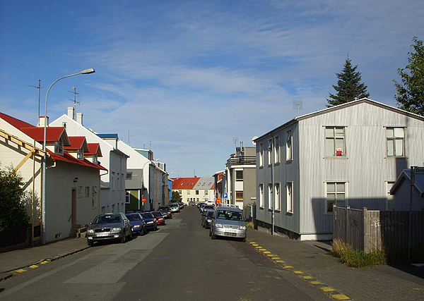Ул. Ольдугата. Справа – дом, в котором располагается Никольская церковь