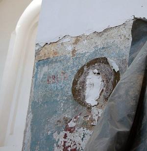 На росписях храма обезображены лики святых
