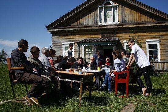 Наш лагерь стал местом притяжения для здешних детей, подростков и взрослых. Фото: Иван Кудласевич