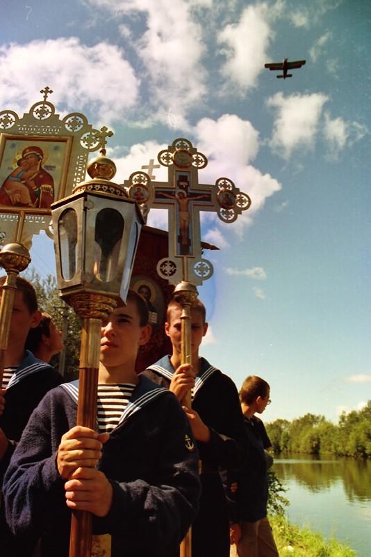 Крестный ход с мощами св. прав. воина Феодора Ушакова. Белозерск, 2002 г. Фото: Геннадий Михеев