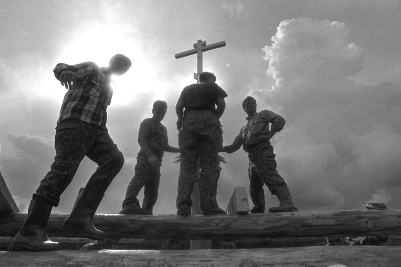 Деревня Семенково. Строительство обыденного храма. Вологодская область, 1999 г. Фото: Геннадий Михеев
