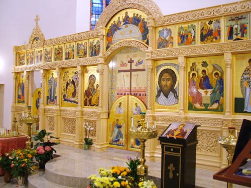 Обновленный иконостас Патриаршего подворья в честь Святой Троицы. Брюссель, Бельгия