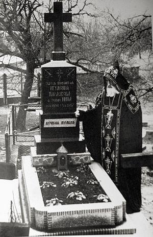 Схиархимандрит Арсений (Зейкан) на могиле матушки Параскевы