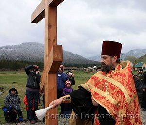 Этот крест был спилен минувшей ночью. На фото: о.Георгий Балакин освящает крест, 26 мая 2012 г.