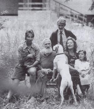 С женой, дочерью Ольгой, племянником князем А.К. Голициным и его дочкой Машей. Переделкино, 1991 год