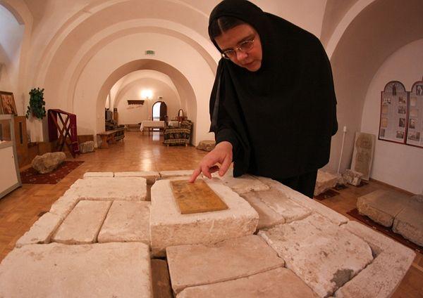 В монастырском музее. Мать Илария показывает закладной камень собора, который освящал святитель Филарет, митрополит Московский.