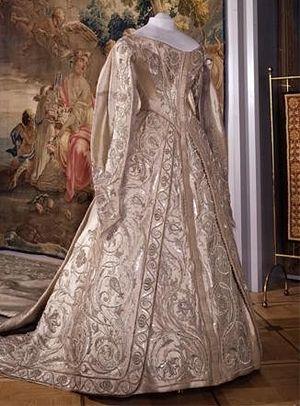 Коронационное платье святой страстотерпицы царицы Александры, вышитое сестрами Ивановской обители. Находится в Оружейной палате Кремля.