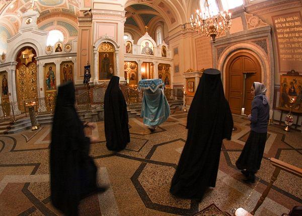 Богослужение в соборе. На столпе можно видеть главную святыню монастыря, древнюю чудотворную икону св. Пророка, Предтечи и Крестителя Господня Иоанна