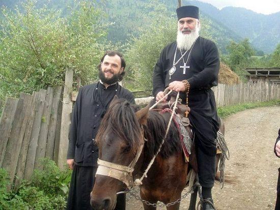Митрополит Серафим с келейником. Село Сакире. Боржоми