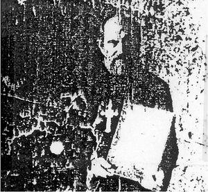 Последняя прижизненная фотография отца Илии. В руках батюшка держит икону святого Георгия. 1946 год