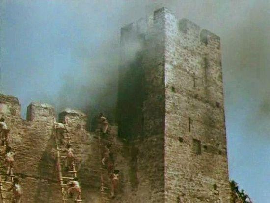 Штурм французской крепости. Кадр из фильма «Корабли штурмуют бастионы»