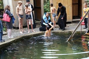 Владыка Филипп совершает крещение на источнике