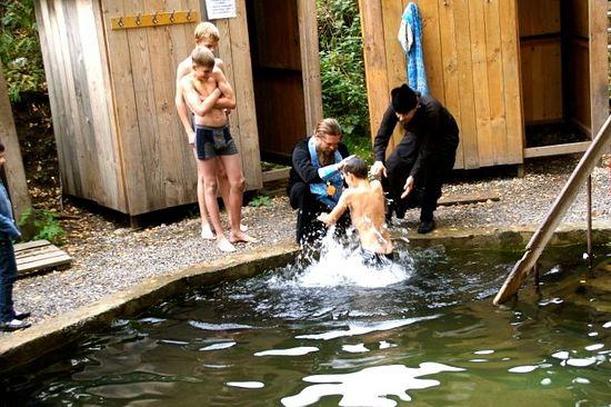 Крещение детей-сирот из детских домов №7, №13 на святом источнике. 13 сентября 2012 г.