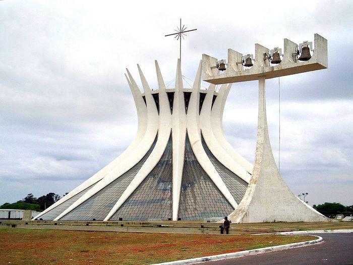 Образчик постмодерна: католический собор Пресвятой Девы Марии, Бразилиа (1958 – 1970). Архитектор: Оскар Нимейер