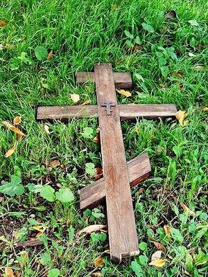 Крест, спиленный у храма святителя Николая. 4 октября 2012 г.