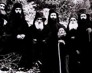 Старец Иосиф Исихаст ( в центре), старец Ефрем Филофейский, старец Арсений, старец Иосиф Ватопедский, старец Харлампий