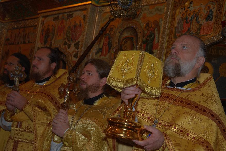 Божественная литургия, которую совершают совместно священники Русской и Русской зарубежной церквей (РПЦ и РПЦЗ) и Православной церкви в Америке