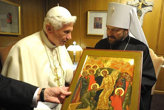 По окончании беседы митрополит Иларион преподнес Папе Бенедикту XVI икону «Сошествие во ад»