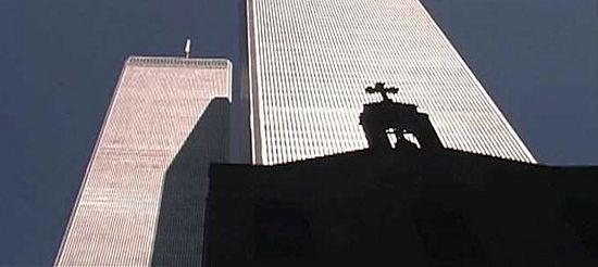 Знаменитый снимок-символ – тень храма лежит на южной башне ВТЦ, под обломками которой он будет погребен