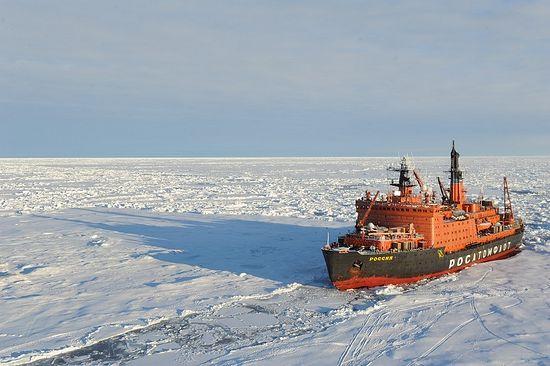 Атомоход «Россия» идет в арктических льдах. Фото: епископ Нарьян-Марский и Мезенский Иаков