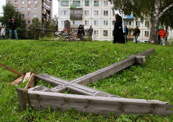25 августа 2012 у срубленного креста в Архангельске