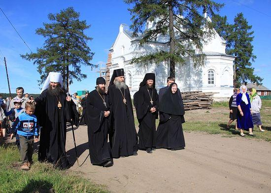 Во время визита архиепископа Сергиево-Посадского Феогноста в Суру и Верколу. Август 2012