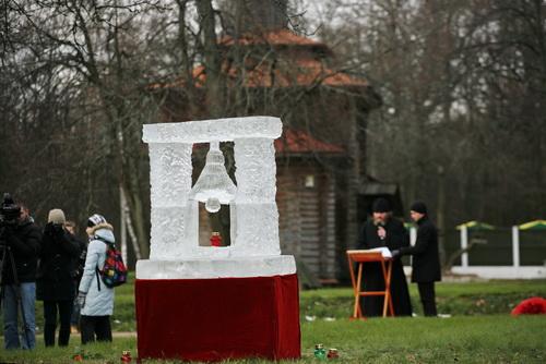 Ледяной колокол, который установили на погребальном рве
