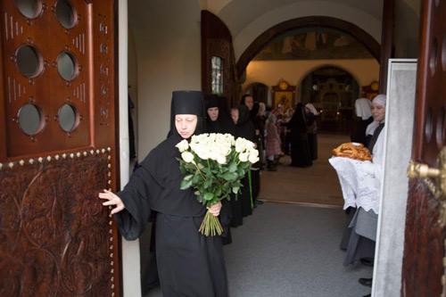 Его королевское высочество принца Кентского Майкла сестры Марфо-Мариинской обители встречали у входа в Покровский храм