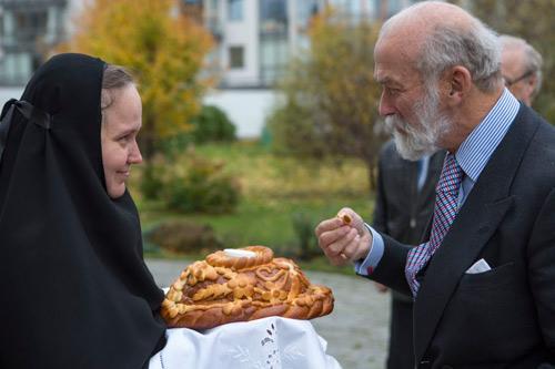 Начальница обители инокиня Екатерина (Позднякова) встретила принца по русской традиции хлебом и солью