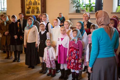 Дети из Свято-Елизаветинского приюта, находящегося в обители, исполнили песню