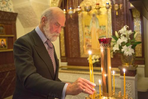 У раки с мощами св. прмч. Елисаветы принц поставил свечи