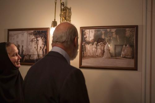 Принц Майкл заинтересовался фотографиями, где запечатлен визит августейшей семьи в Марфо-Мариинскую обитель