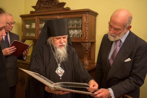 На прощание епископ Пантелеимон подарил принцу альбом с фотографиями св.прмч.Елисаветы и архивными фотографиями обители