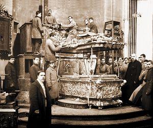 Вскрытие раки с мощами святого Александра Невского (ЦГАКФФД). 1922 г.