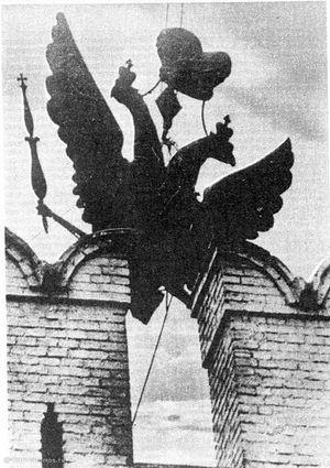 Демонтаж орла с одной из башен, предположительно со Спасской. 1935. Фото: oldmos.ru