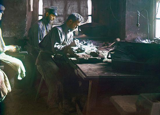 Формовка художественного лития. Фото С. М. Прокудина-Горского, 1910 год