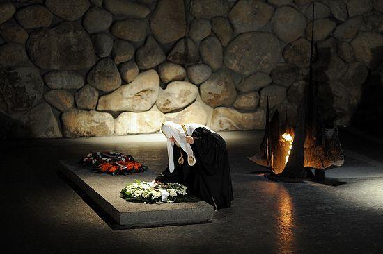 Предстоятель Русской Церкви принял участие в церемонии зажжения вечного огня в Зале памяти и возложил венок к мемориалу
