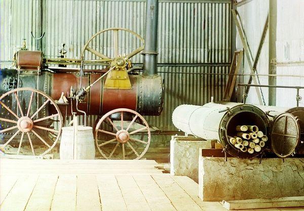 Мобильная паросиловая установка (локомобиль) в ангаре чайной фабрике в местечке Чаква Батумской губернии, 1912 г. Фото С. М. Прокудина-Горского.