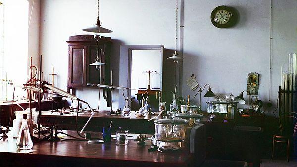 Лаборатория хлопкового завода в Байрам-Али, центр Мургабского имения. Фото С. М. Прокудина-Горского. 1911 г.