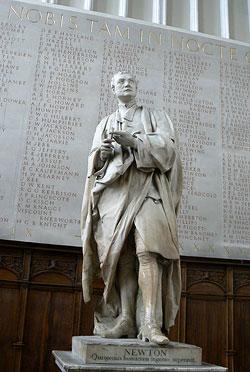 Статуя сэра Исаака Ньютона над входом в Тринити-колледж, Кембридж