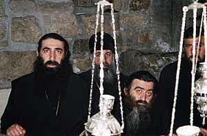 Грузинские священнослужители на гробе Лазаря четверодневного.