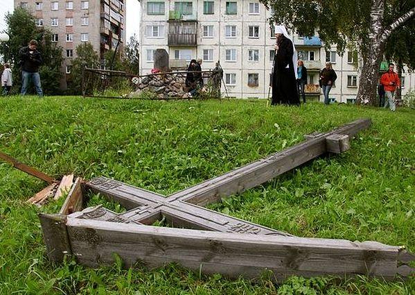 25. август 2012.год. – демолиран крст у Архангелском