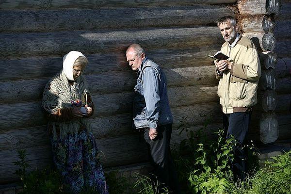 Молитва, сон и подготовка к исповеди. Село Ивановское-на-Лехте. Фото: Василий Нестеренко